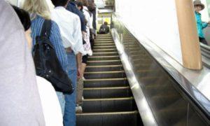 Berbaris di kiri eskalator jepang